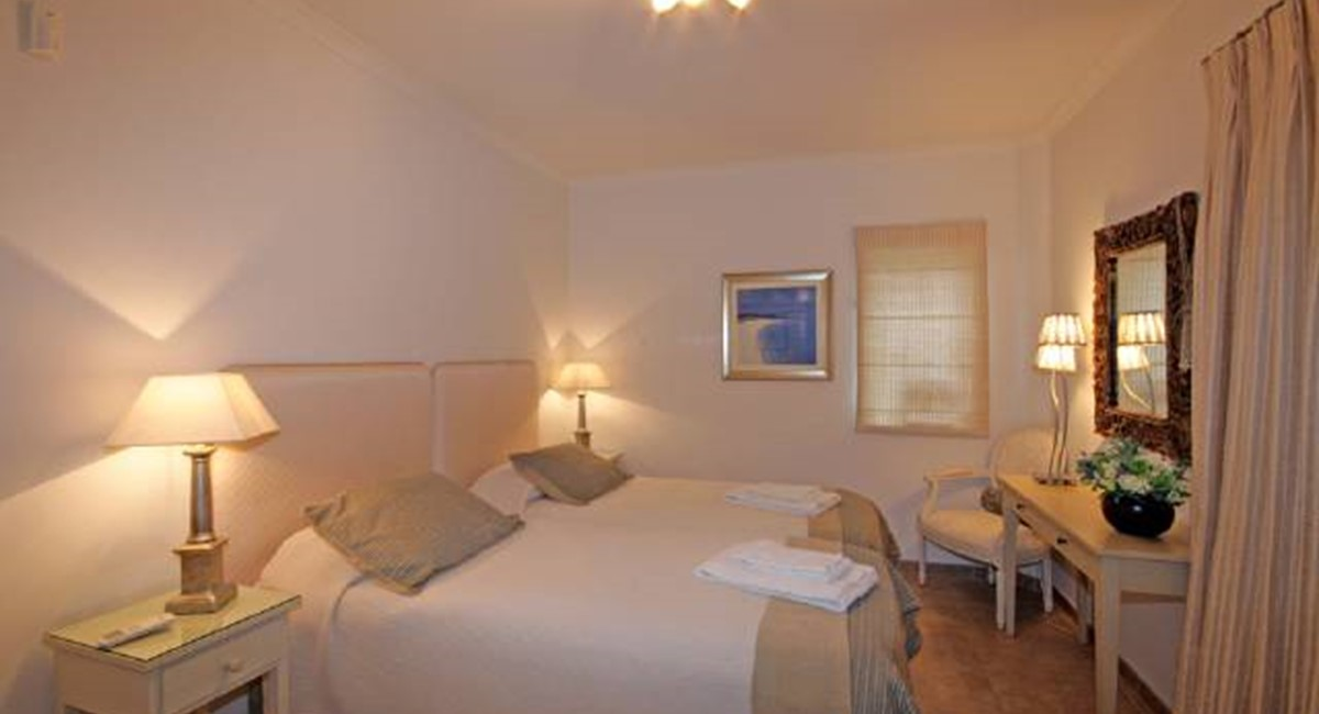 C2-9 guest twin bedroom.jpg