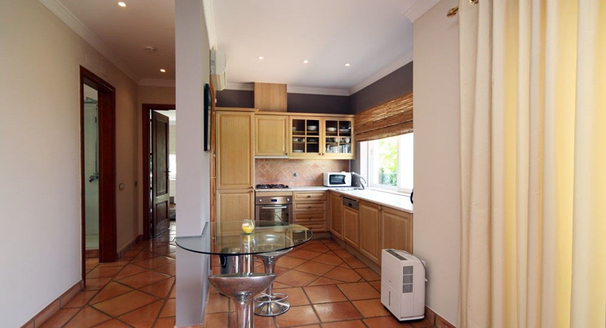 vale_do_lobo_luxury_villa_cottage_kitchen.jpg