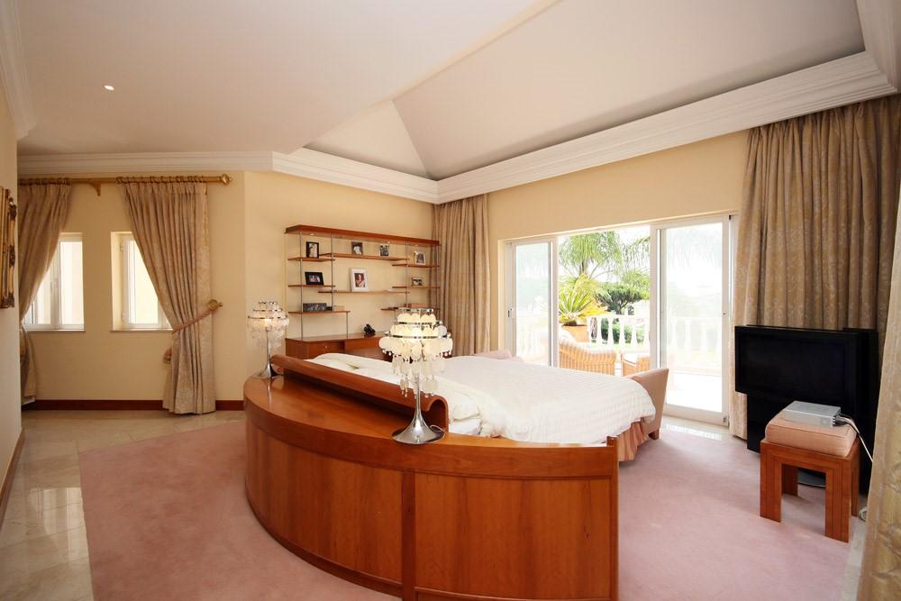 vale_do_lobo_luxury_villa_master_bedroom_furnishings.jpg