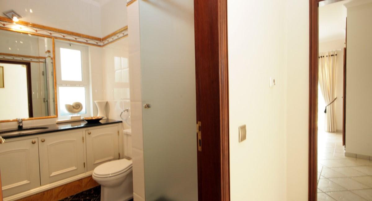 vilasol_luxury_villa_ensuite_bathroom.jpg