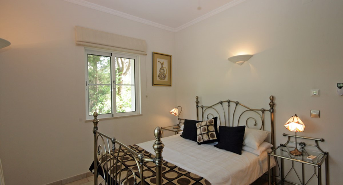 vilasol_luxury_villa_guest_bedroom.jpg