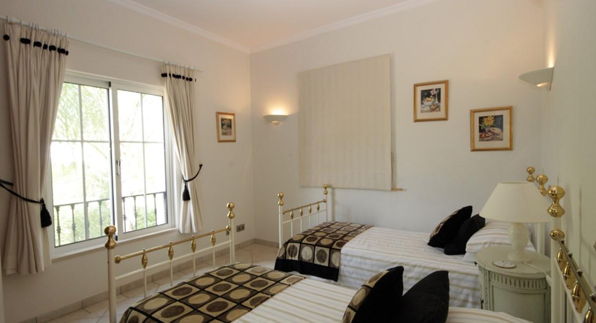 vilasol_luxury_villa_twin_bedroom.jpg