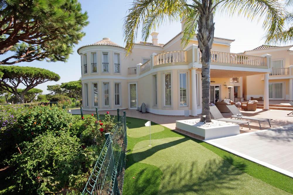 vale_do_lobo_luxury_golf_villa_putting_green.jpg