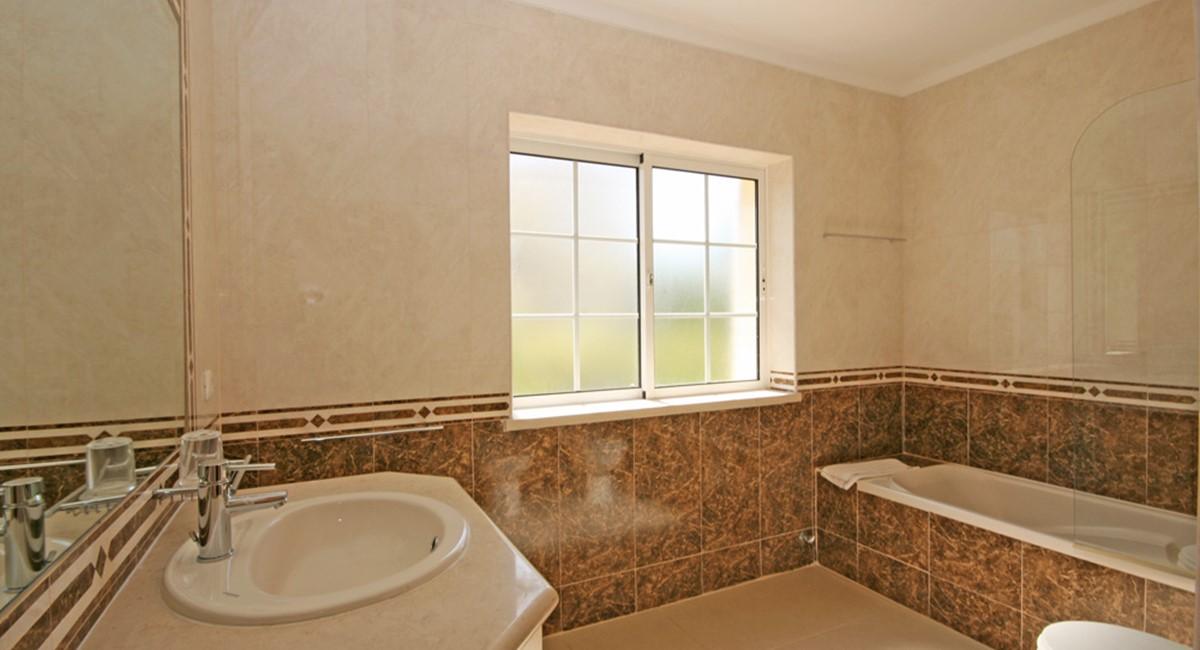 Varandas Das Lago Pool Family Bathroom